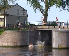 Sluice Spaarndam, children jumping into water Stock Footage