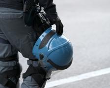Poliisi kypärä roikkuu vyötärönauha poliisi Kuvituskuvat
