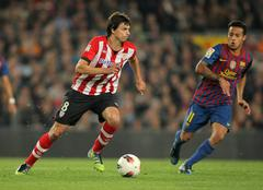 Ander Iturraspe(L) of Athletic Bilbao vies with Thiago Alcantara(R) of Barcelona Stock Photos