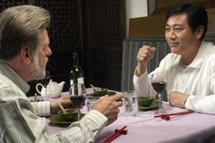 Miesten illallista keskenään Kuvituskuvat