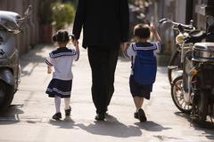 Isä poimii lapsensa koulusta Kuvituskuvat