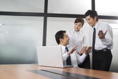 Nuorta liikemiestä ja liikenainen jutteleminen toimistossa Kuvituskuvat