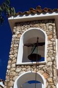 Kellon ortodoksinen kirkko vastaan sinistä taivasta Kuvituskuvat