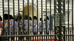 Change of guards at the buckingham palace Stock Footage