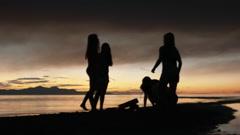 Konsernin viisi Teenage Girls Valo Sparklers At nuotio Beach Arkistovideo
