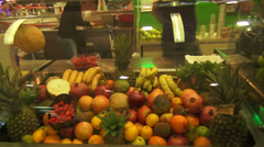Making fresh juice from tropical fruits, shopping mall, cooler Stock Footage