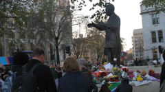 Paying tribute to Nelson Mandela statue day he died Stock Footage