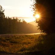 Maaseudun maan tie auringonnousun tai auringonlaskun Kuvituskuvat