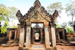 The gate of banteuy srei in angkor wat Stock Photos