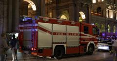 Ultra HD 4K paloauto palomies Emergency Exit Duomo-metroasema Vaara Arkistovideo