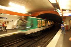 Paris metro juna saapuu metroasema Kuvituskuvat
