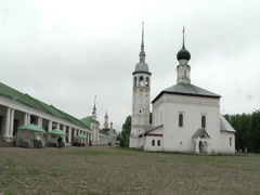 The old church (white) and the old buildings in Suzdal Stock Footage