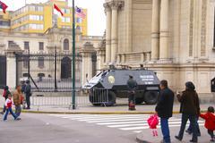 Mellakkapoliisi valmiita lähellä panssaroitu auto Kuvituskuvat