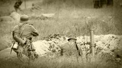 Natsien sotilaat ampuminen kiväärillä ja laasti kaivantoon. Arkistovideo