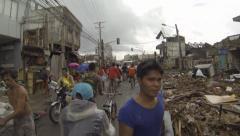 Kävely Tuhoutunut Streets Of Tacloban jälkeen Typhoon Haiyan Arkistovideo