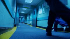 Sairaalan kriisiryhmä kiire potilas paareille ja leikkaussali Arkistovideo