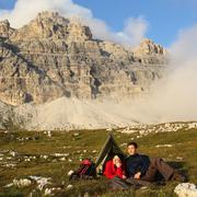 Ihmiset telttailemaan vuorten upeat maisema Kuvituskuvat