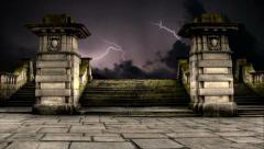 Timelapse pilvien ukkosta ja salamointia yli vanha hautausmaa toimenpiteitä audi Arkistovideo