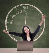 Liikenainen uuden vuoden menestyksen käsite Kuvituskuvat