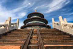 Taivaan temppeli vastaan sinistä taivasta - stock photo