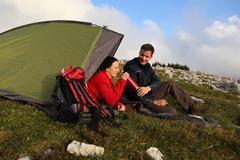 Juominen kun camping vuoristossa Kuvituskuvat
