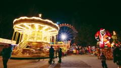 Timelapse vanhempien ja lasten on karuselli Merry-go-round kanssa maailmanpyörä Arkistovideo