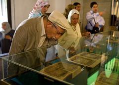 Man reading koran mevlana museum konya turkey Stock Photos
