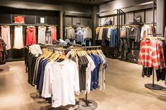 Muotivaatteita telineille kauneus vaatteet Store Kuvituskuvat