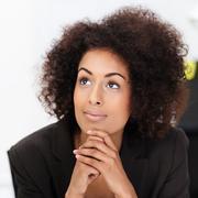 Nuori afrikkalainen amerikkalainen nainen haaveilin Kuvituskuvat