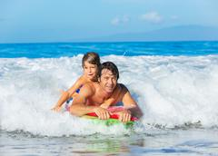 Isä ja poika surfing tandem togehter kiinni Ocean Wave, huoleton onnellinen fu Kuvituskuvat