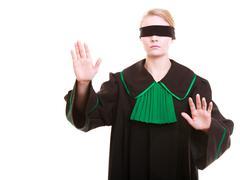 Asianajaja asianajaja klassiseen puola puku kattaa silmät sokkona Kuvituskuvat