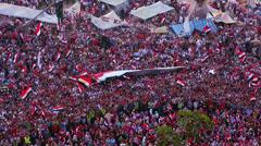 Overhead view as mielenosoittajien heiluta lippuja ja hilloa Tahrir aukiolla Kai Arkistovideo