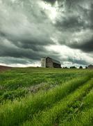 Maatila ja myrskyinen taivas Kuvituskuvat
