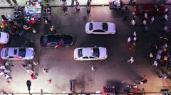 Näkymä yläpuolella suora katse alas kuin mielenosoittajat marssivat kaduilla Arkistovideo