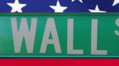 Wall Street kyltti, jossa Amerikan lippu taustalla Arkistovideo