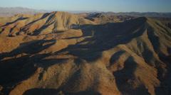 Ilmakuva voimalinjojen kiemurtelee läpi vuoristossa lähellä Las Vegas, Nevada. Arkistovideo