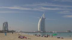 Burj Al Arab Icon Hotel julkinen ranta Jumeirah ihmiset nauttivat Dubai meri aur Arkistovideo