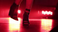 Korkea Hell of suorittava nainen ja tanssia lavalla Arkistovideo