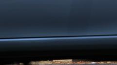 Homeless paljas jalka mies keskuudessa autot (normaali versio) Arkistovideo