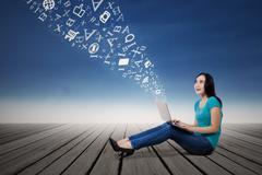 Nainen opiskelija etsii sanoja laptop ulkona Piirros