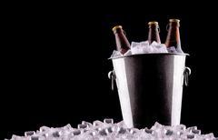 Olutpullojen jääastiassa Kuvituskuvat