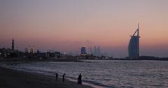 Ultra HD 4K Perhe Silhouette nuorten pelaaminen Kid Burj Al Arab Dubai Marina Arkistovideo