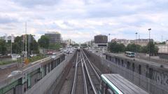 Metro junalipun liikenne auto katu avenue Paris pilvinen päivä turisti työmatka Arkistovideo