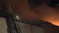 4K UHD - Palomiesten työskentelee katto tulessa Arkistovideo