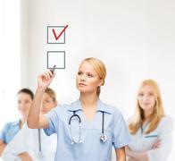 Lääkäri tai hoitaja hukkuminen ruksi osaksi valintaruutu Kuvituskuvat