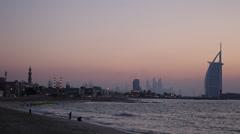 Dusk Dawn Light Burj Al Arab Dubai Skyline Ihmiset Rentouttava Perhe Playing Kid Arkistovideo