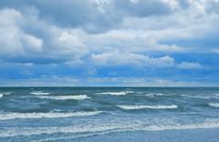 Myrskyinen meri ja pilvi taivas Kuvituskuvat