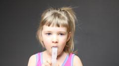 Melko pieni tyttö tekee hengitettynä ylähengitysteiden Arkistovideo