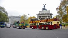 People and trafic at hyge park corner, wellington arch Stock Footage