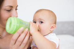 äiti ruokinta vauvan maidon pullosta Kuvituskuvat